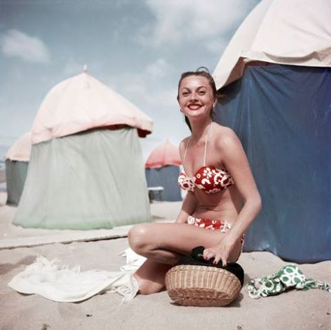 Foto 7) Robert Capa—International Center of Photography/Magnum Photos, Woman in a bikini, Deauville, France, Aug. 1951.