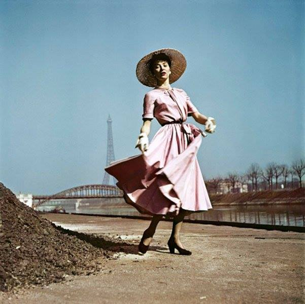 Foto 2) Robert Capa, A Model Wearing Dior on the banks of the Seine, Paris, 1948.