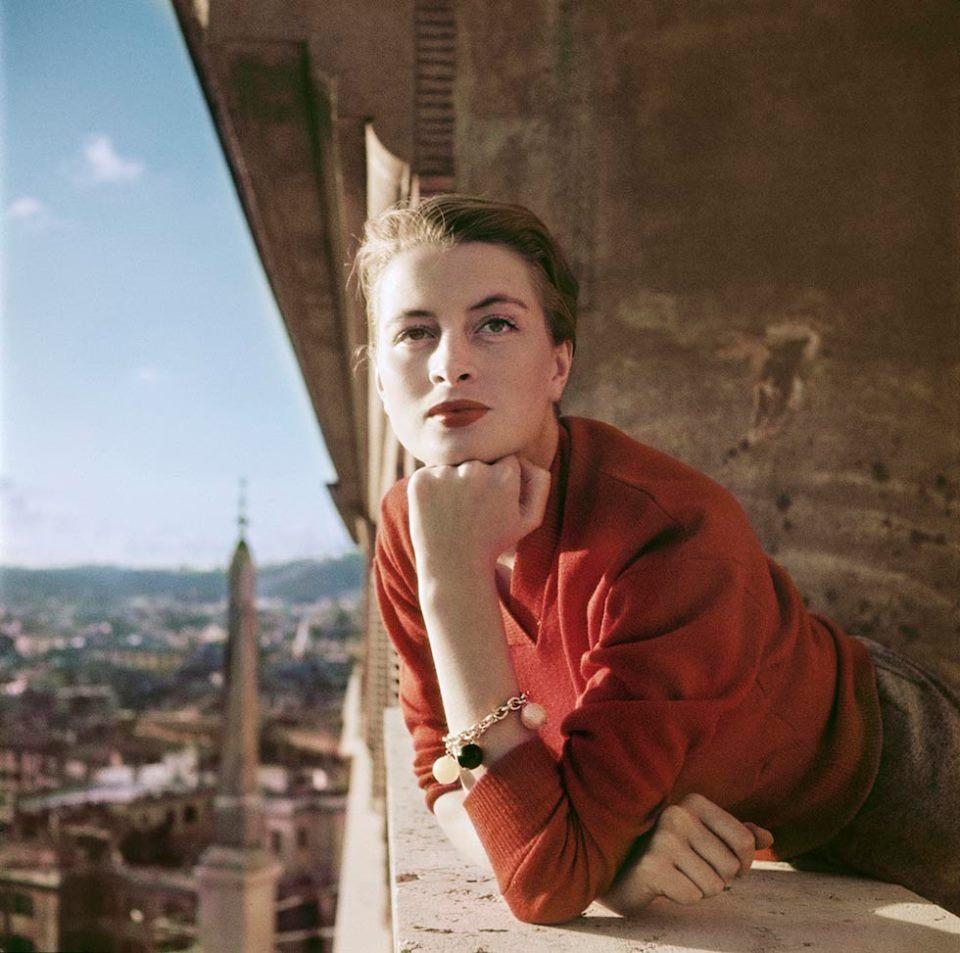 Foto 1) Robert Capa, Capucine, modella e attrice francese affacciata al balcone, Roma, 1951. © Robert Capa/International Center of Photography/Magnum Photos