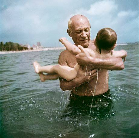 Foto 5) Pablo Picasso playing in the water with his son Claude, Vallauris, France, 1948. Photograph: Robert Capa/International Center of Photography/Magnum Photos