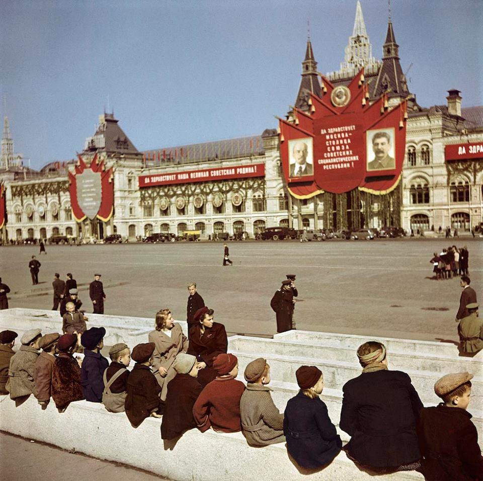 Foto 8) Robert Capa, giovani visitatori prima di entrare nella tomba di Lenin nella Piazza di Mosca, 1947. © Robert Capa/International Center of Photography/Magnum Photos