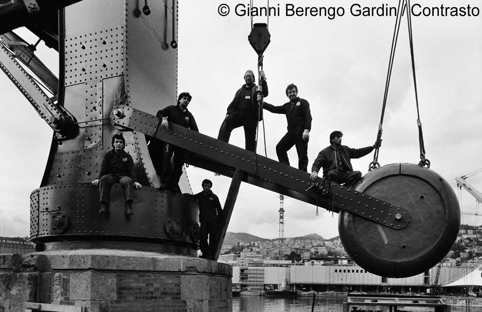 foto 1) G.Berengo Gardin, Lavoratori al porto di Genova, 1988 – © 2014 Gianni Berengo Gardin/Contrasto