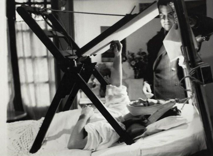 Autore sconosciuto, Frida dipinge a letto, 1940 (©Frida Kahlo Museum)