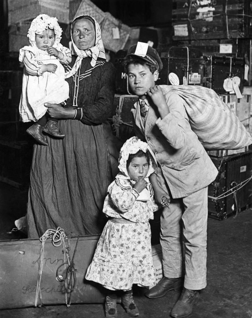 Lewis Hine, Immigrati italiani in cerca di bagagli smarriti, Ellisw Island, 1905