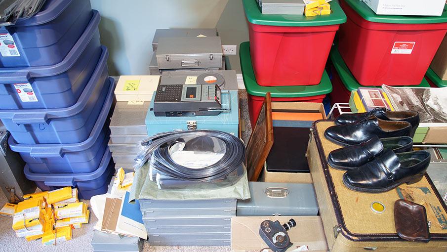 Alcuni oggetti appartenuti a Vivian Maier come scarpe e registratori vocali