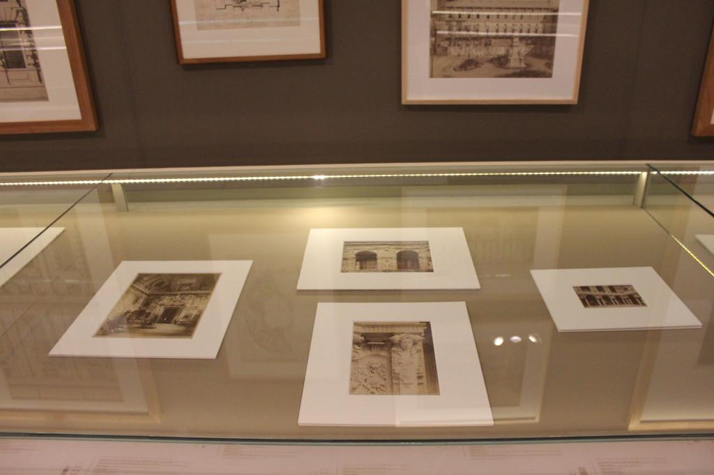 7) Teca con fotografie del Castello Sforzesco