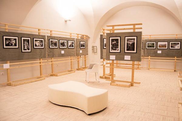 Panoramica della sala che ospita la mostra. Foto di Ciriaca Coretti.