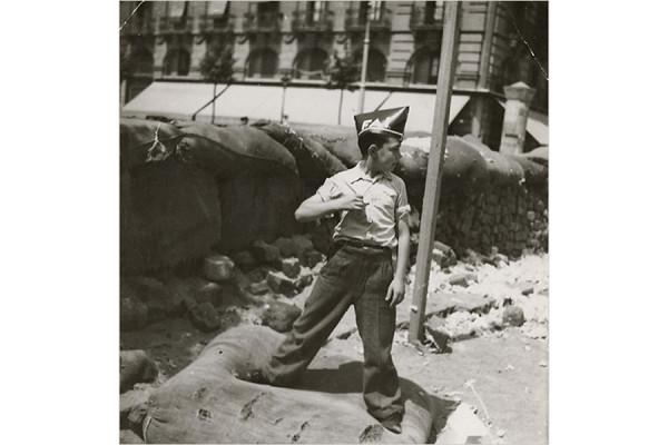 Un bambino indossa il berretto del FAI, Barcellona, 1936