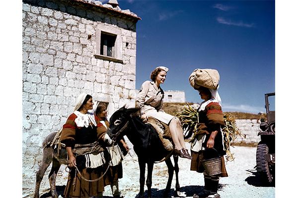Un'ausiliaria americana conversa con alcune contadine in abito tradizionale di un villaggio dell'Appennino, Aiello del Sabato (Avellino), 1944. © National Archives And Records Administration