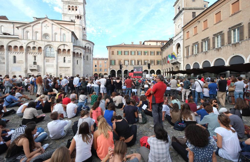 Modena, pubblico in Piazza Grande, Foto Baracca e Campanini.