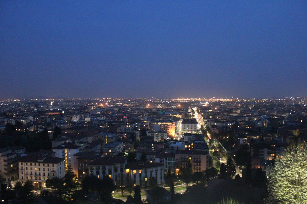 Vista notturna della città bassa