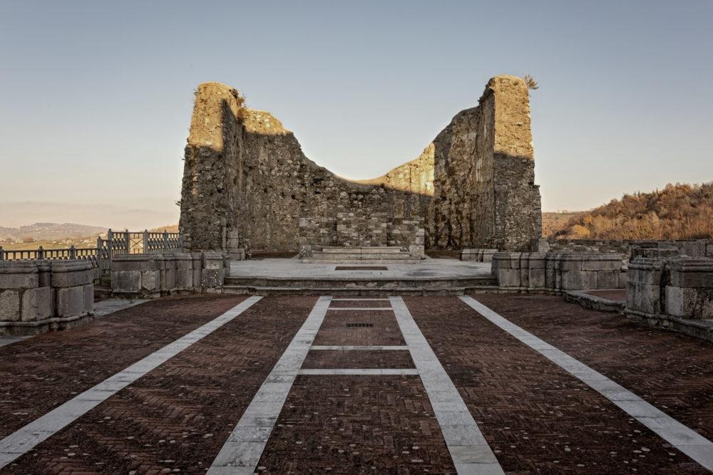 Ruderi della Chiesa di San Nicola, distrutta dal terremoto dell'Irpinia nel 1980 a Teora (dicembre 2017). Michele Amoruso