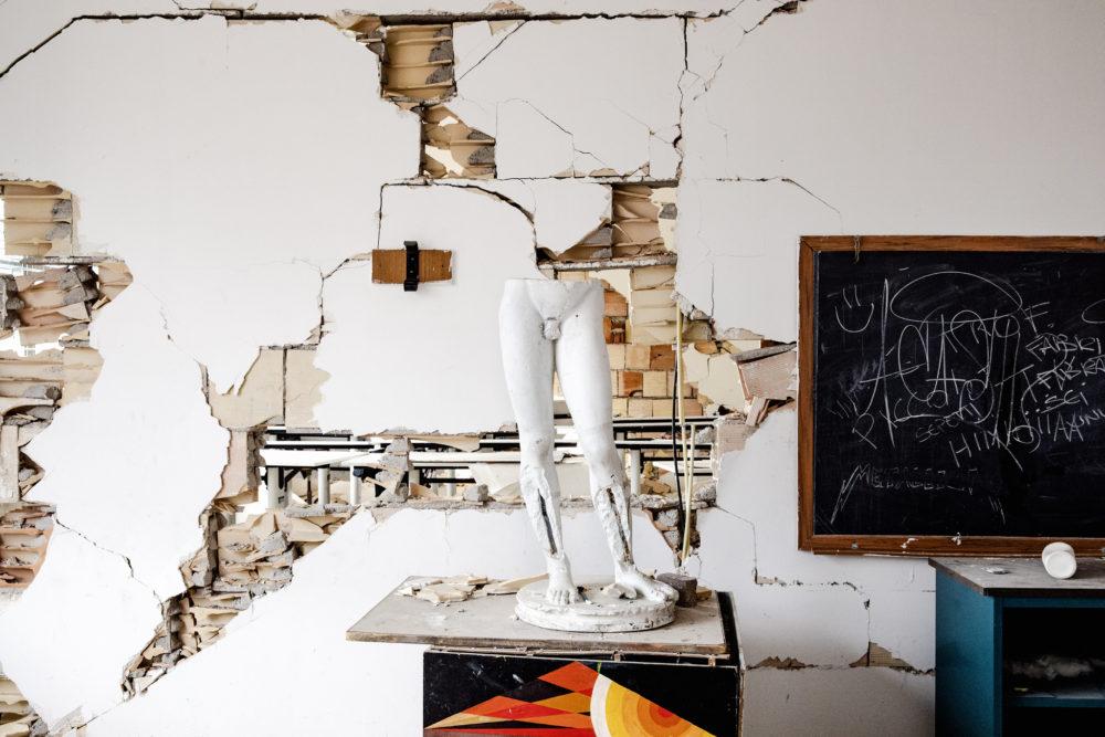 Un'aula nell'ex istituto d'arte Muzi, L'Aquila (aprile 2019). © Giuseppe Carotenuto